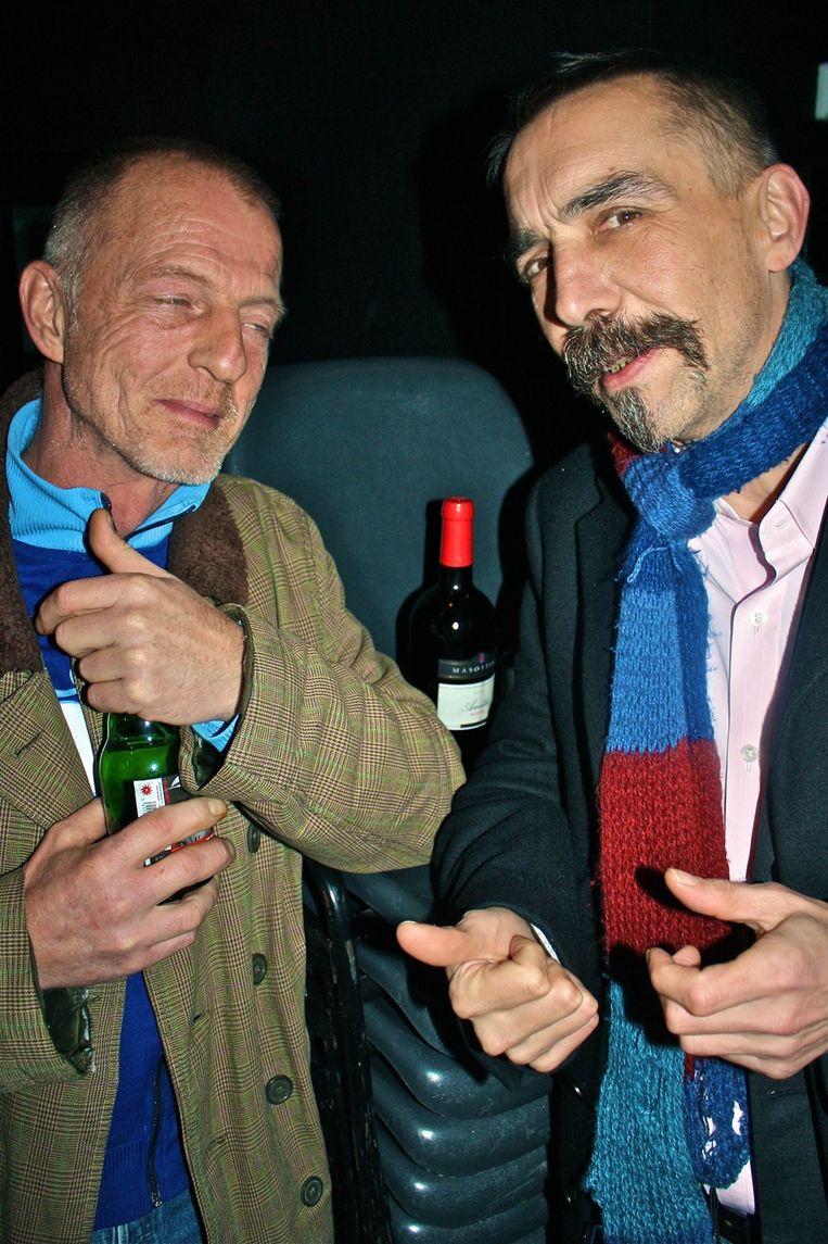 Kunstenaar Peter Schuyff (r) speelt vanavond gitaar en links staat Gerbrand Bakker. Beeld null