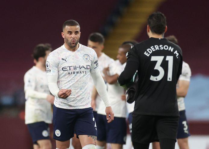 Kyle Walker en Ederson vieren de overwinning op Aston Villa.