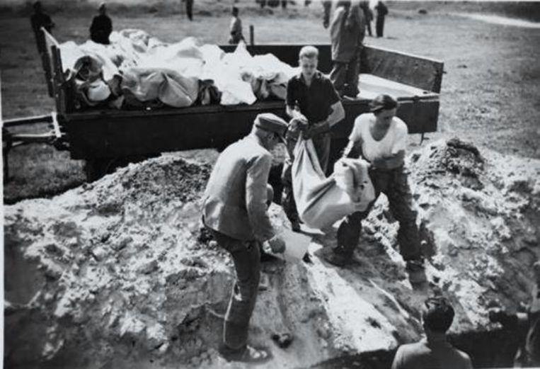 In concentratiekamp Bergen Belsen zijn tijdens WO II zeventigduizend mensen omgekomen.