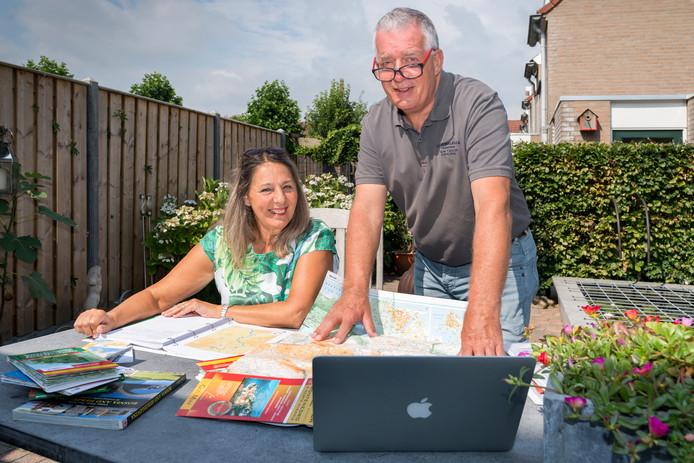 Petra en Willem Kuijs in de achtertuin van hun woning met materiaal voor de 'tv-reis' naar de Balkan.