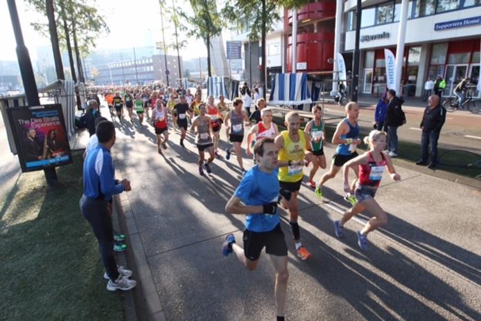 De eerste lopers van de Marathon Eindhoven 2016 zijn gestart