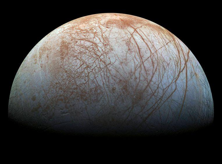 Volgens wetenschappers biedt de maan een schat aan lucratieve grondstoffen. Beeld REUTERS