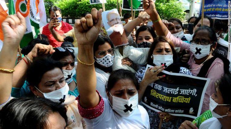 Ook op dinsdag kwamen mensen op straat om 'gerechtigheid' te eisen voor het 9-jarige meisje. Velen droegen een mondmasker met een zwart kruis op, symbolisch voor de politieke stilte rond de zaak. Beeld RV