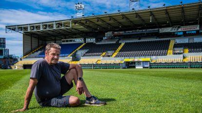 """Geen faillissement of corona kan terreinverzorger Lorenzo weghouden van Daknamstadion: """"Dit gras verzorgen werkt bijna therapeutisch"""""""