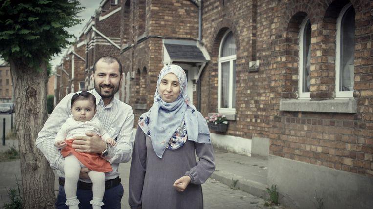 'Ahmed, de schrijnwerker, voelde zich miserabel toen hij alleen woonde. Maar toen leerde hij Hafiza kennen, met wie hij trouwde, en nu is hij dolgelukkig.' Beeld VRT