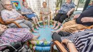 IN BEELD: Senioren krijgen ijsjes en voetbaden tegen de hitte