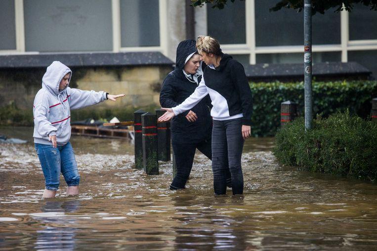 Door het almaar stijgende hoge water als gevolg van de de overstroming van de Geul liepen de straten in Valkenburg onder. Beeld Arie Kievit