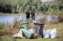 Enkele van de vele containerbakken die gevonden werden in en langs de Maas.
