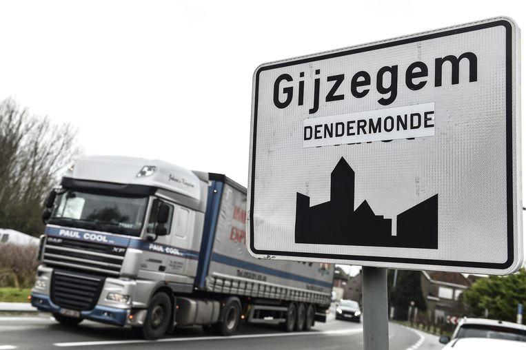 Op de verkeersborden werd Aalst vervangen door Dendermonde, waardoor het leek alsof Gijzegem tot de Ros Beiaardstad behoorde.