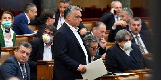 Premier Orbán smoort de vrije pers: tot vijf jaar cel voor 'fout' coronanieuws
