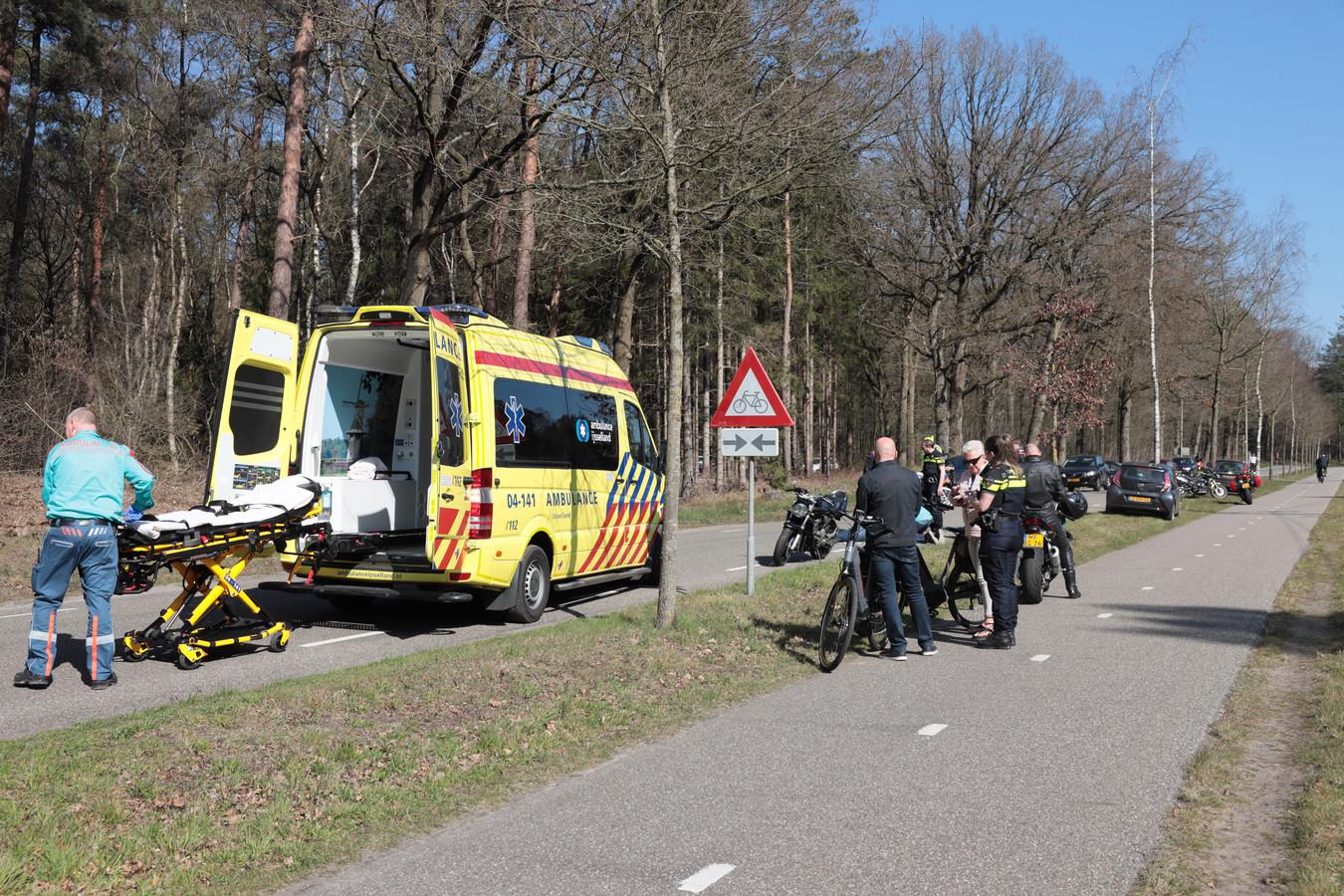 In de buurt van Ommen kwam een motorrijdster ten val, waarna de weg werd afgesloten en grote groepen motorrijders rechtsomkeert moesten maken.