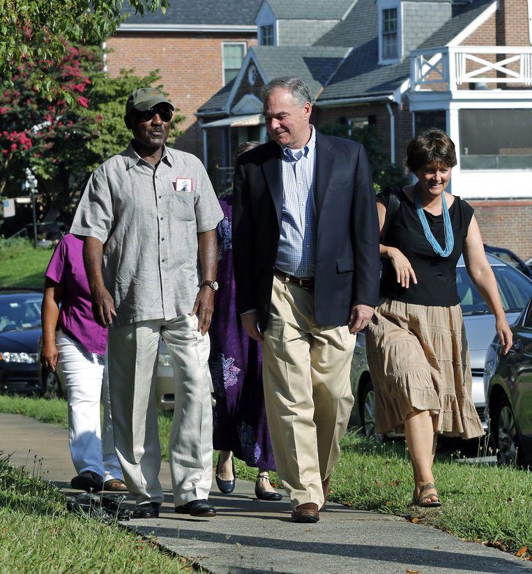 Kaine samen met zijn vrouw en een andere parochiaan op weg naar hun kerk. Beeld AP