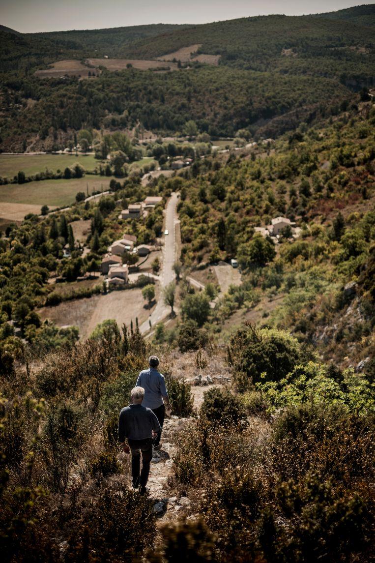 ► Hertmans: 'De streek rond Monieux is prachtig, maar ook arm en hard. Geschiedenis ligt nog onaangetast in de landschappen.' Beeld Diego Franssens