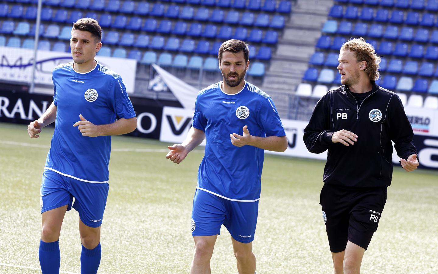 Julian Marchioni (links) en Nicolas Romat, met assistent-trainer Paul Beekmans (rechts), tijdens een looptraining in stadion De Vliert. Beide Argentijnen ontbreken vrijdagavond aan de aftrap.