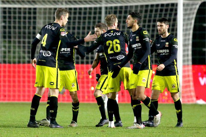 Go Ahead Eagles bejubelt de voorsprong tegen Jong PSV.