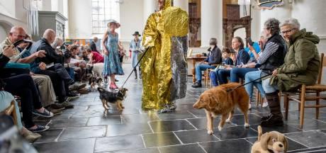 Met je hondje aan het lijntje paraderen door de kerk