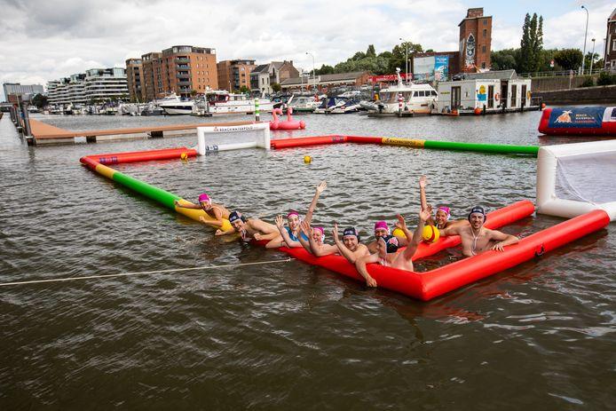 Het tweede 'beachwaterpolo'-toernooi aan de Hasseltse kanaalkom.