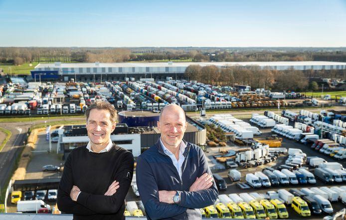 Bas (links) en Caspar van Heertum op dak van een van de bedrijfspanden op het complex van de BAS-bedrijven in Veghel.