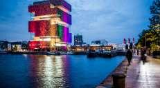 fotoreeks over Van het politiekantoor tot het MAS: Antwerpen licht op in regenboogkleuren