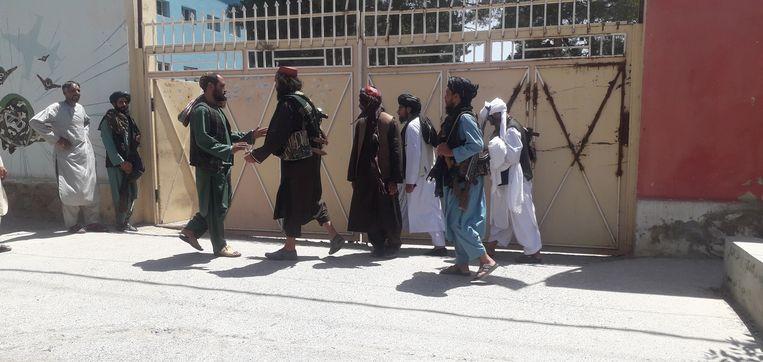 Militanten van de taliban in Herat. Vrijdag werd bevestigd dat ze de derde stad van Afghanistan veroverd hadden. Beeld EPA