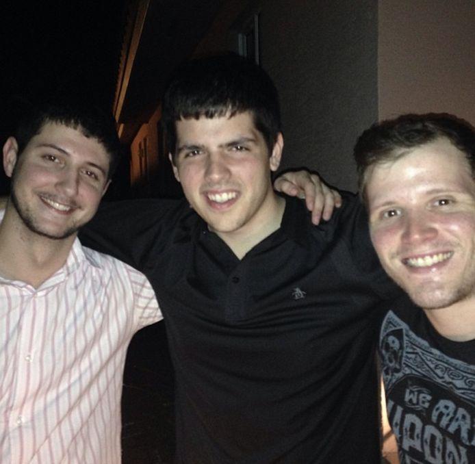 Juan Mora (links) met twee jeugdvrienden.