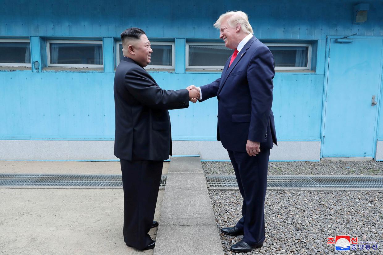 Kim Jong-un en Donald Trump ontmoeten elkaar. Beeld REUTERS