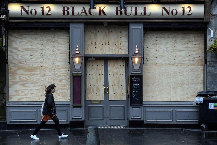 De Britse horeca mag vanaf 12 april zijn terrassen openen, maar voor vele pubs is dat geen optie. Om terug mensen binnen te ontvangen, is het in het VK nog zeker wachten tot half mei.  Beeld AFP