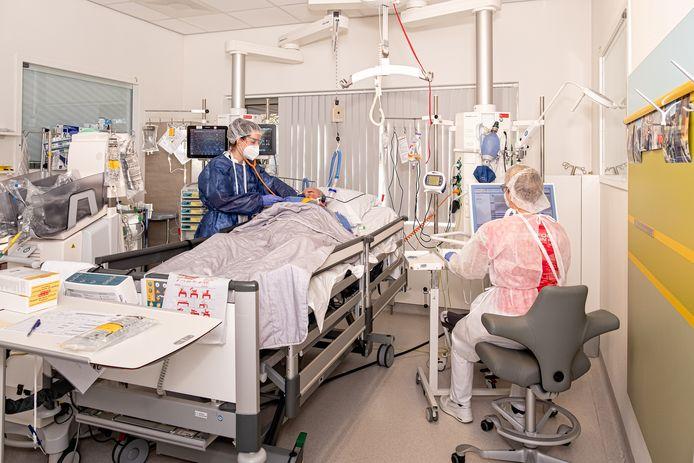 Arts-assistent Simone Hijlkema luistert naar het hart van een coronapatiënt op de ic in het Meander Medisch Centrum in Amersfoort.
