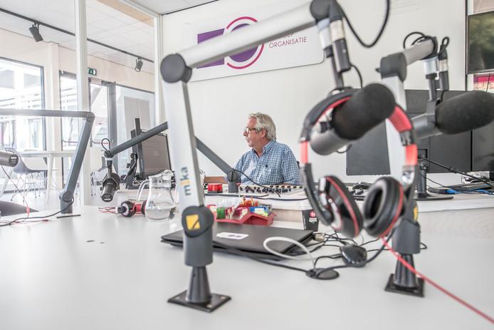 Studio van RTVZoo met achter de knoppen een van de oprichters Roel van Olst.