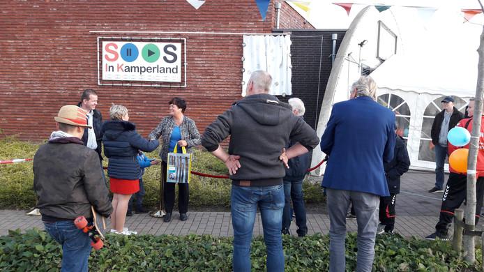 Wethouder Anja Slenter (rechts onder het naambord) bij de heropening van de Soos in Kamperland op 11 november 2017.
