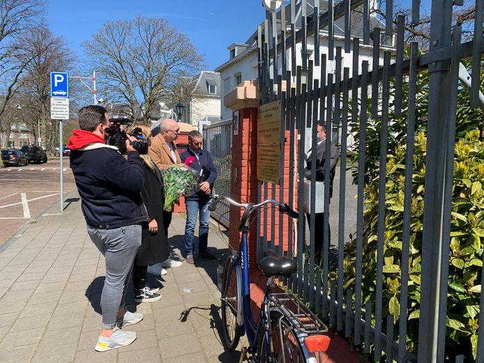 De medewerker van de Russische ambassade is niet van plan de bloemen aan te nemen.