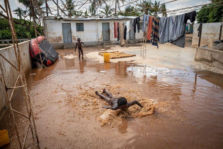 Na de doortocht van de cycloon Idai in maart stond hier twee meter water. Het is een geluk dat de orkaan bij eb en niet bij vloed toesloeg, anders zouden er waarschijnlijk veel meer dan honderden doden zijn gevallen. Beeld Sven Torfinn