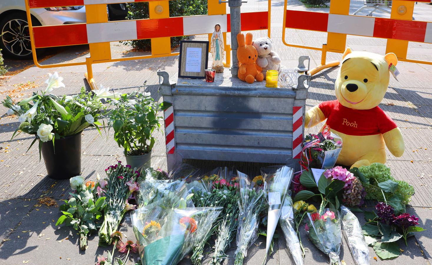 Bloemen en knuffels op de plaats waar woensdag een 34-jarige vrouw werd doodgestoken.