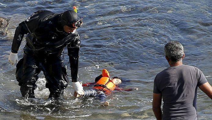 Les corps de ces nouvelles victimes des traversées entre les côtes turques et grecques ont été retrouvés lors de recherches menées dans la zone par deux patrouilleurs grecs assistés d'un navire portugais et d'un hélicoptère de Frontex, l'Agence européenne de surveillance des frontières.