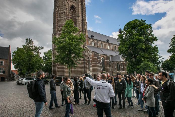 Expats krijgen een rondleiding in Oirschot. Een fiscale maatregel dreigt de regio en eigenlijk heel Nederland minder aantrekkelijk te maken voor buitenlandse kenniswerkers.