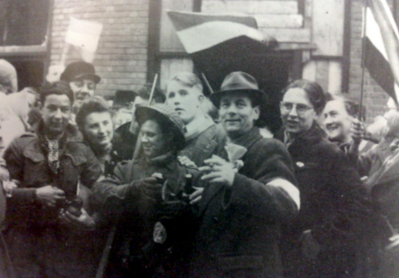 Twee Tommy's links omringd door feestende Winterswijkers op 31 maart 1945.