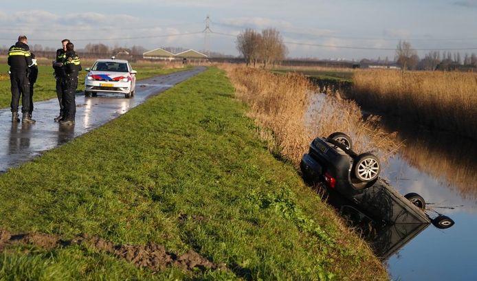 De auto is aan de Plaatseweg in Oud-Beijerland van de weg geraakt en ondersteboven in de sloot belandt.