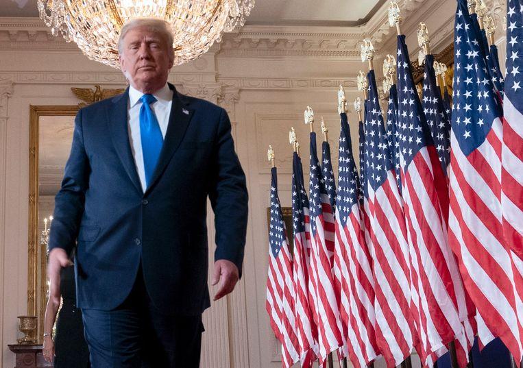 President Trump na zijn toespraak waarin hij de overwinning claimt. Beeld EPA