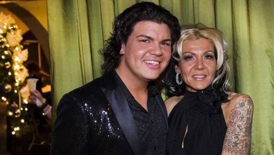 Roy met zijn zus Rian tijdens de modeshow van zijn huispakkenlijn