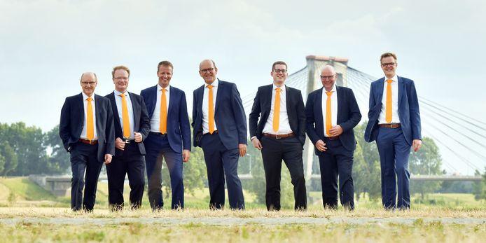 De eerste zeven kandidaten op de lijst van de SGP voor de komende gemeenteraadsverkiezing voor de nieuw te vormen gemeente Altena. In het midden lijsttrekker Theo Meijboom.
