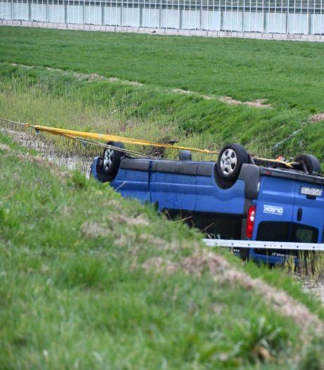 Man (20) overleden na ongeluk in Kapelle, auto op zijn kop in de sloot