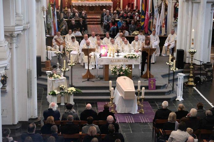 De Sint-Pieterskerk zit afgeladen vol voor het afscheid van pastoor Eric Thielemans.