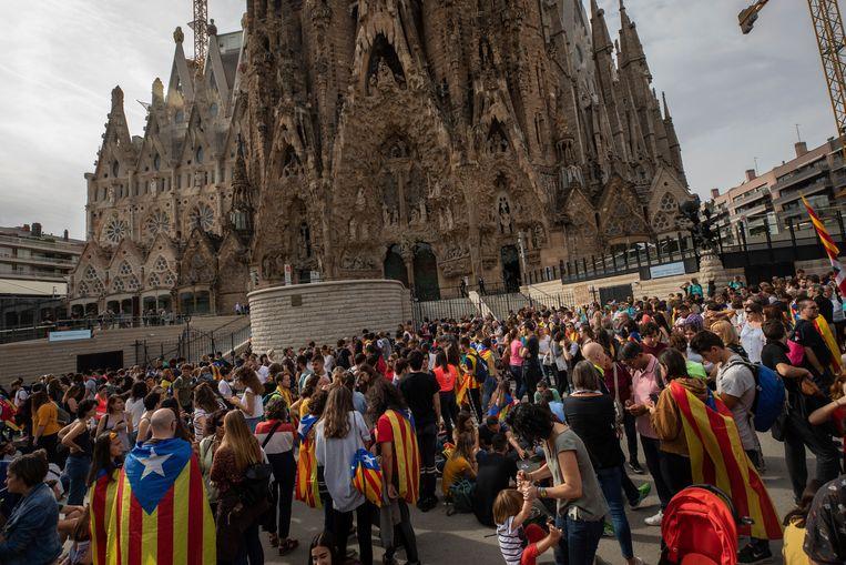 Betogers bij de Sagrada Familia. De beroemde kerk is als gevolg van de vele betogingen in de stad voor het publiek gesloten. Beeld AP