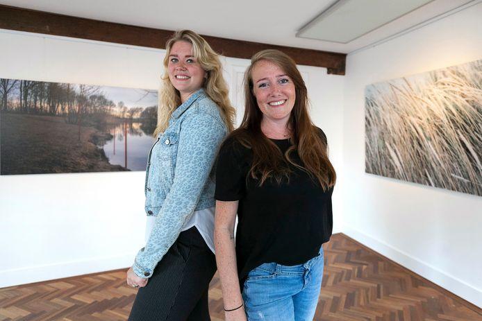 De fotografen Anouk van Bruchem (links) en Cynthia Brandwijk exposeren in galerie Markt Twee in Zaltbommel.