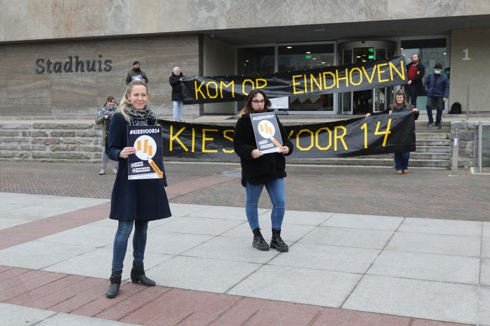 Kim Baudewijns van FNV (L) en Lisa-Mae Slijk strijden voor een hoger minimumloon.