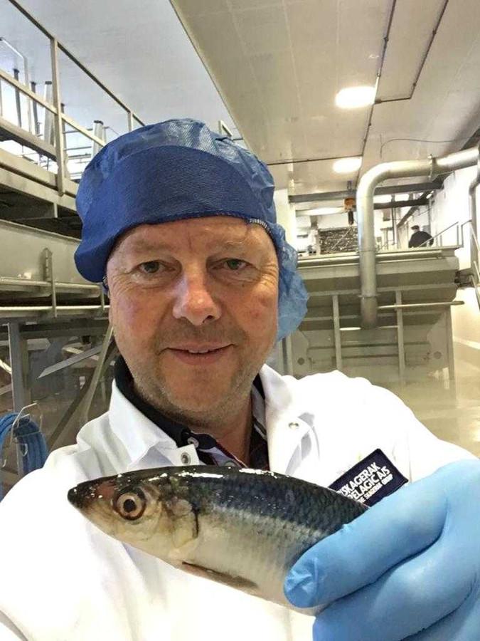 Martin Haasnoot met een haring in het Deense Skagen.