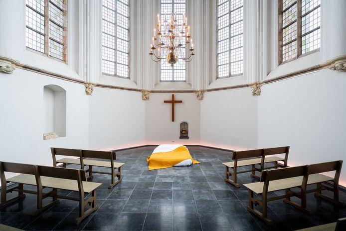 Heilige Nachten in de Geertruidskerk. Is er geen ruimte in de crypte, omdat er bijvoorbeeld een tentoonstelling is, dan slapen de gasten op het hoogkoor, pal onder het kruis.