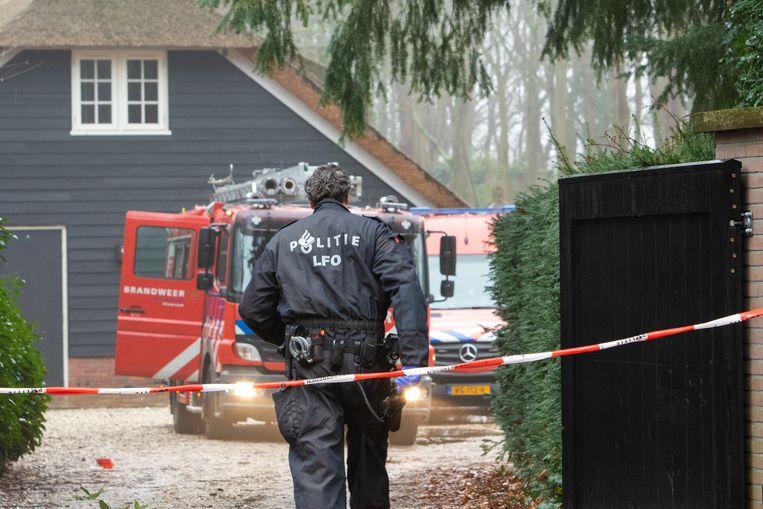 Tijdens het blussen van een woningbrand in Laren trof de politie een partij grondstoffen voor drugs aan.   Beeld Caspar Huurdeman