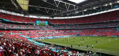 Toeschouwer zwaargewond door val van tribune op Wembley