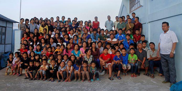 Foto uit oktober 2011: Ziona Chana (rechts) poseert met zijn 'gezin'.
